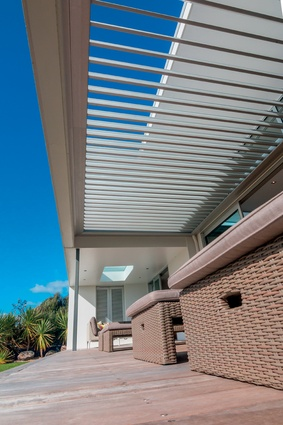 The strong horizontal lines of the louvres are perfect for the beach environment and allows the space to be used in various weather conditions.