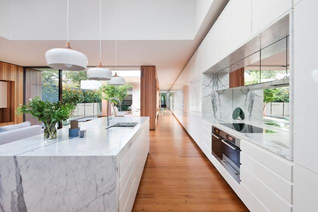 Dunkle Küchenfront Massiv : Matt Gibson Architecture Design