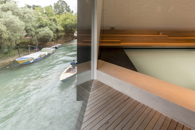 The installation responds to the architecture of the pavilion, with reflections from the canal integrated with those from the pool.