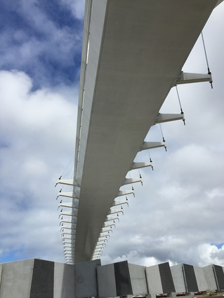 The non-parallel alignment of arch and footbridge allows the deck of Te Whitinga to 'float' in space.