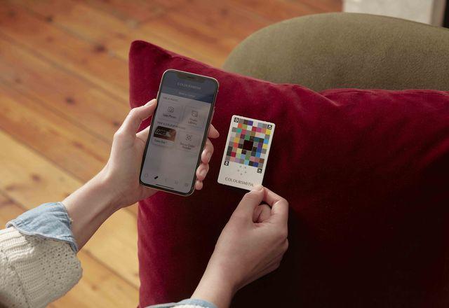 Coloursmith App将任何智能手机相机转换为可用于创建定制油漆颜色的颜色扫描仪。