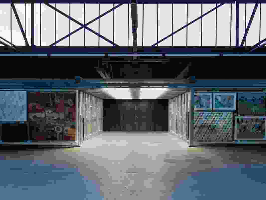 在艺术档案上方,朝南的玻璃使画廊空间充满了自然光。艺术品(左起):Mish Meijers, Tuppy Goodwin, David McDiarmid, Elvis Richardson, Robert Campbell和Paul Yore。