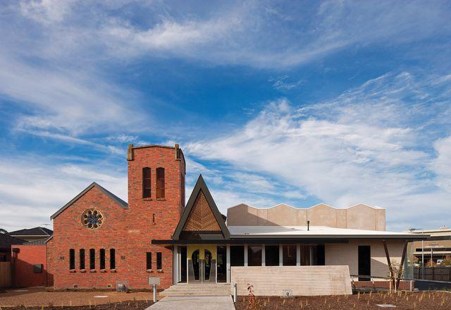 一个新的混凝土翼已接着在原来的红砖教堂上。