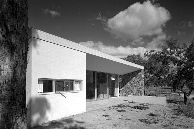 Bowden House by Harry Seidler (1954) has a terrace oriented towards views of distant mountains.