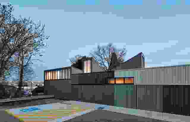Searle x Waldron Architecture设计的Hanmer Reserve Pavilion Extension(2017)旨在增加女性参与俱乐部的冬季足球项目。