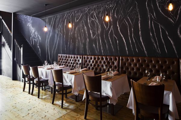 Leather banquettes area nod the Italian tradition.