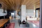 Relaxed grandeur: River's Edge House