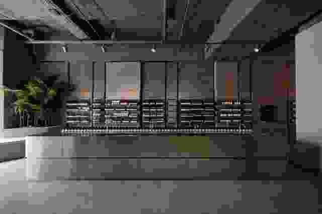 店内广泛使用的纹理花岗岩与巨大的不锈钢柜台形成对比。