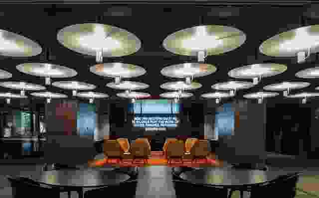 暴露的天花板网格定义了公共空间,反映了野兽派设计的诚实传承。