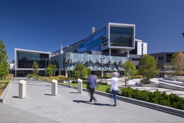 Royal Adelaide Hospital by Silver Thomas Hanley DesignInc (STHDI) .