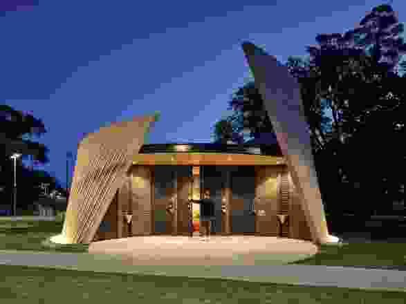 丹德农公共城市公园设施包括中性厕所和高度的视觉可达性。