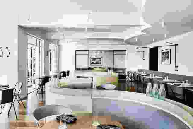 参考装饰艺术晚期的几何结构,S形的宴会桌有助于划分大型开放式用餐空间,为顾客提供各种座位选择和隐私。