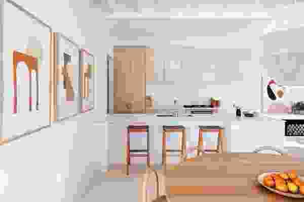 厨房是家庭空间配置的中心。作品:Bobby Clark(左墙),Ash Holmes(后墙)。