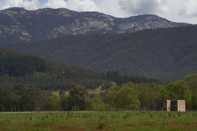 The house is located in a grassy expanse in Victoria's Ovens Valley, between Porepunkah and Myrtleford.