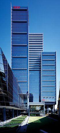 Westpac Place, Sydney, raises the tower above the ground plane to generate new public spaces. Johnson Pilton Walker, 2006. Photograph Brett Boardman.