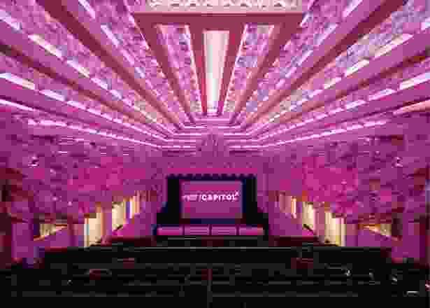 巨大的石膏天花板以大量重复的棱柱形形式为特色,房屋的灯光可以在颜色和强度上变化。