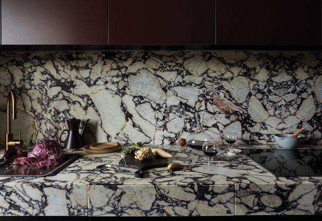 勃艮第和琥珀的色调交织在公寓内部,包括细木工和石头。
