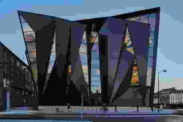 扩建部分包裹并折叠在现有建筑周围,其形式参考了正交的城市网格和港口旋转轴的连接。