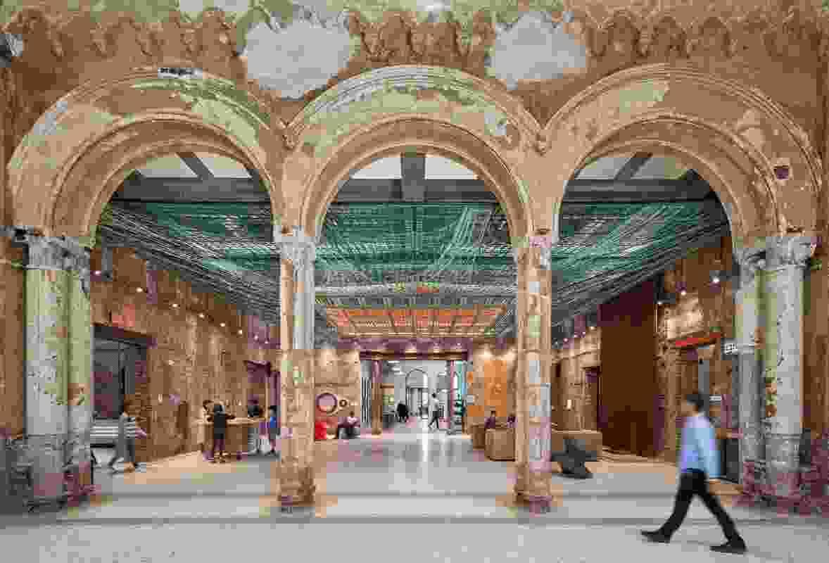 在Grable画廊,Over View(2019),一个由Freeland Buck的装置,最喜欢躺在地板上,重建了过去的建筑在多彩的辉煌。