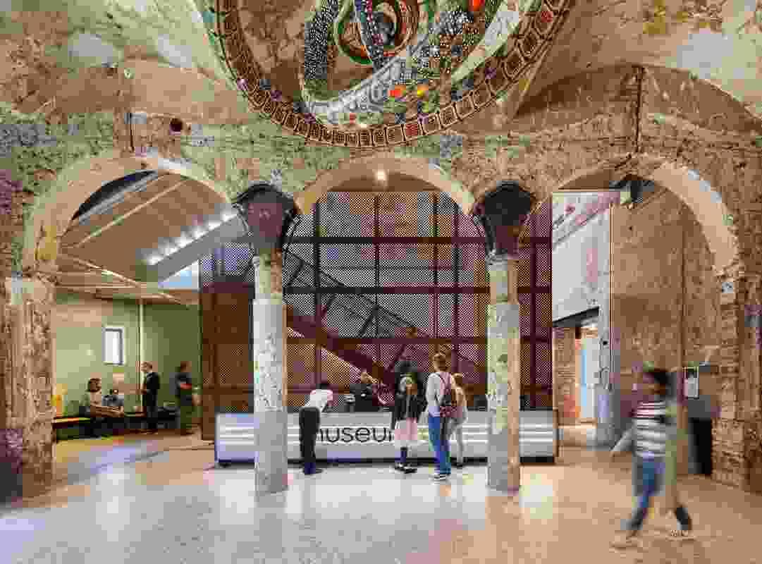 Koning Eizenberg架构已经使建筑的历史性添加剂和减法过程可见。艺术品:莱德亨利的复合折弦(2019)。