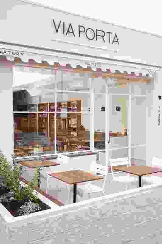 Via Porta以前是一家纪念品商店,现在有一个干净的白色立面,为社区做出了更加城市化和慷慨的贡献。