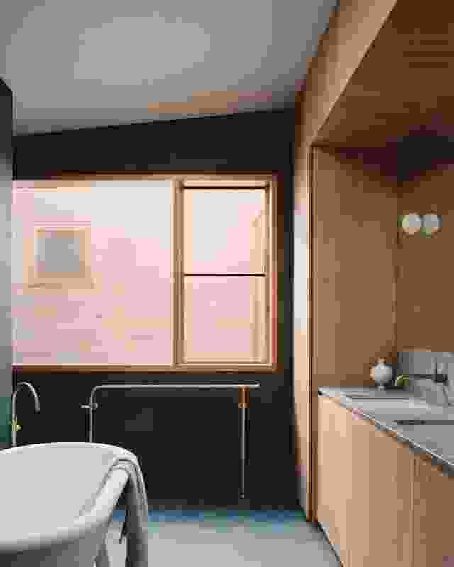 整个家都充满了自然光,包括新浴室。