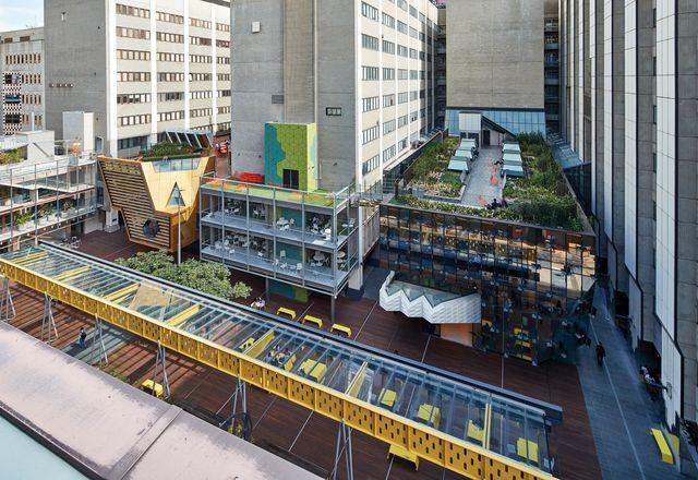 严肃的平面图和现有的建筑被色彩和建筑表达的杂音所覆盖。景观设计师TCL在屋顶和街道上分别建造了一个露台,其中一个是彼得·埃利奥特(Peter Elliott)重新安置的伯恩露台凉廊(Bowen Terrace Loggia)。