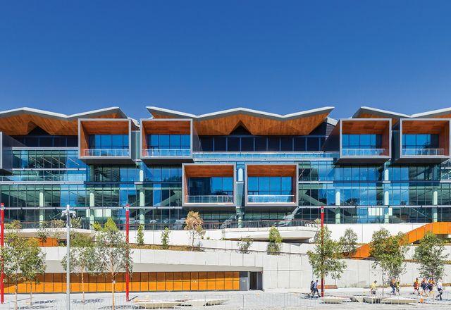 国际商会悉尼展览中心的东立面面向Tumbalong公园,其梯田式景观掩盖了主要通道和装货码头。