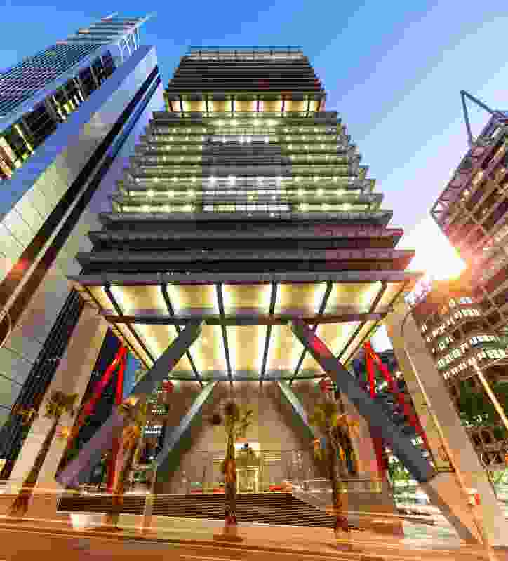 At street level, a six-storey-high atrium extends the public space of Chifley Square. A glass lobby is hung from the soffit on stainless steel wires.