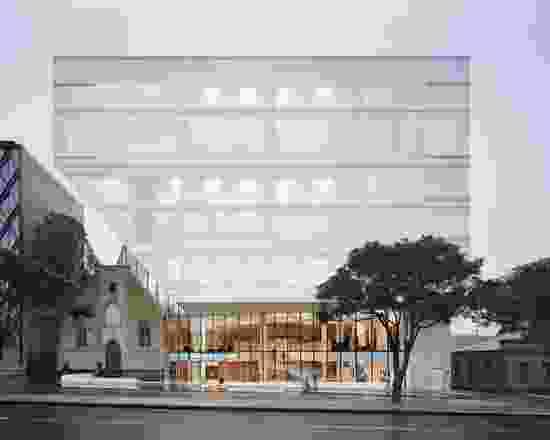 从街道,与艺术中心门厅的连接很强,而上面的工作室内可见的轮廓形式是有趣的。