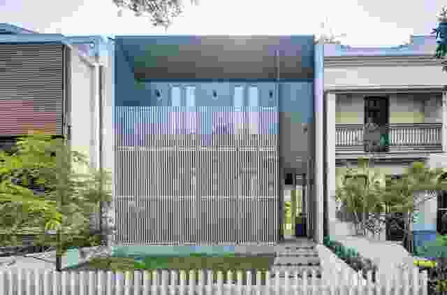 垂直屏幕将视线向上吸引,创造出一种规模感,并为住宅的居住者提供隐私。