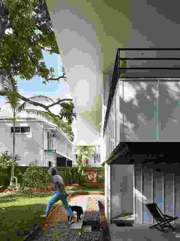 The low balcony edge is capped by steel balustrades that increase the visual connection with the garden.