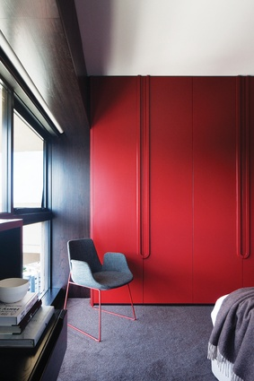 The dividing wall between the study and bedroom was replaced by a large joinery unit with integrated handles.
