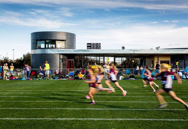 在体育比赛期间,展馆经常被五颜六色的家庭帐篷包围。