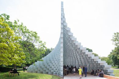 The 2016 Serpentine Pavilion is designed as an 'unzipped wall', erected from pultruded fibreglass frames stacked on top of each other.