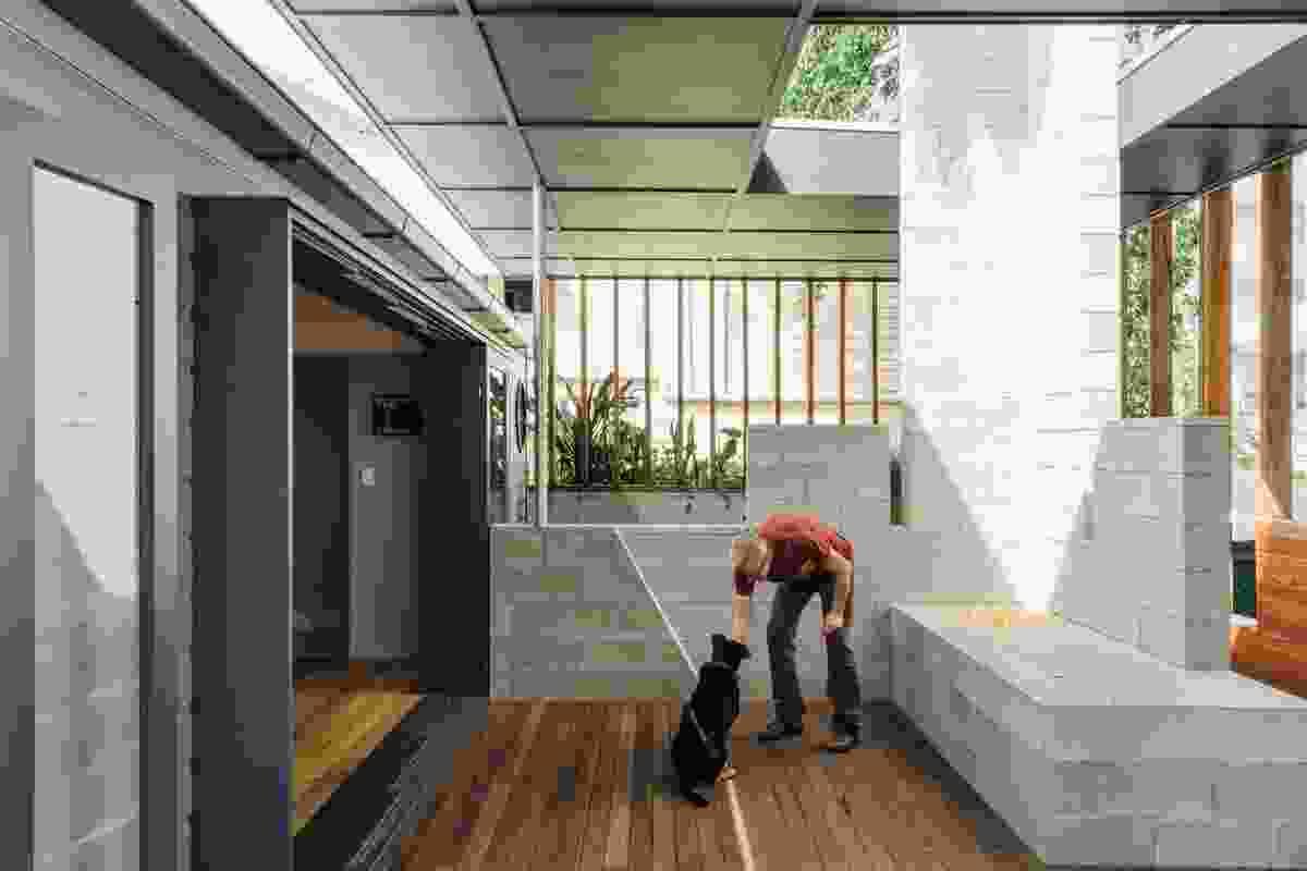露台回应了一个要求私人住宅与强烈的户外连接的简短要求。