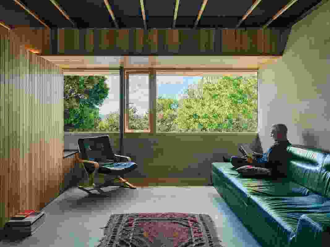 纹理表面、隔音板和隐蔽照明确保了一个宁静的室内。