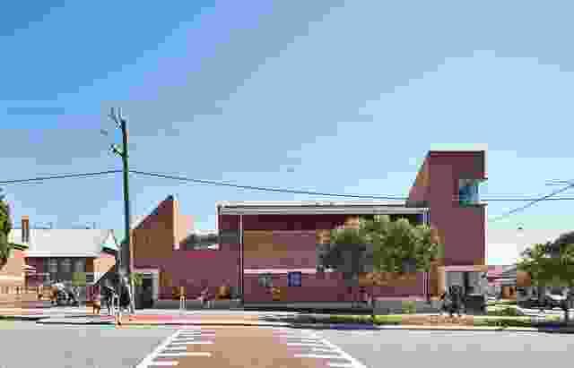 考虑到珀斯的地质层,设计师将新建筑安置在场地边界的石灰石基座上,避免了围栏的需要,顺便创造了一个儿童可以栖息的平台。