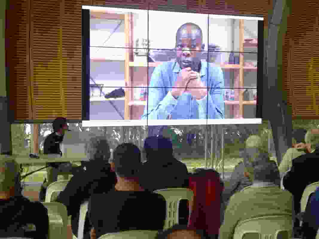 Francis Kéré talking on video.