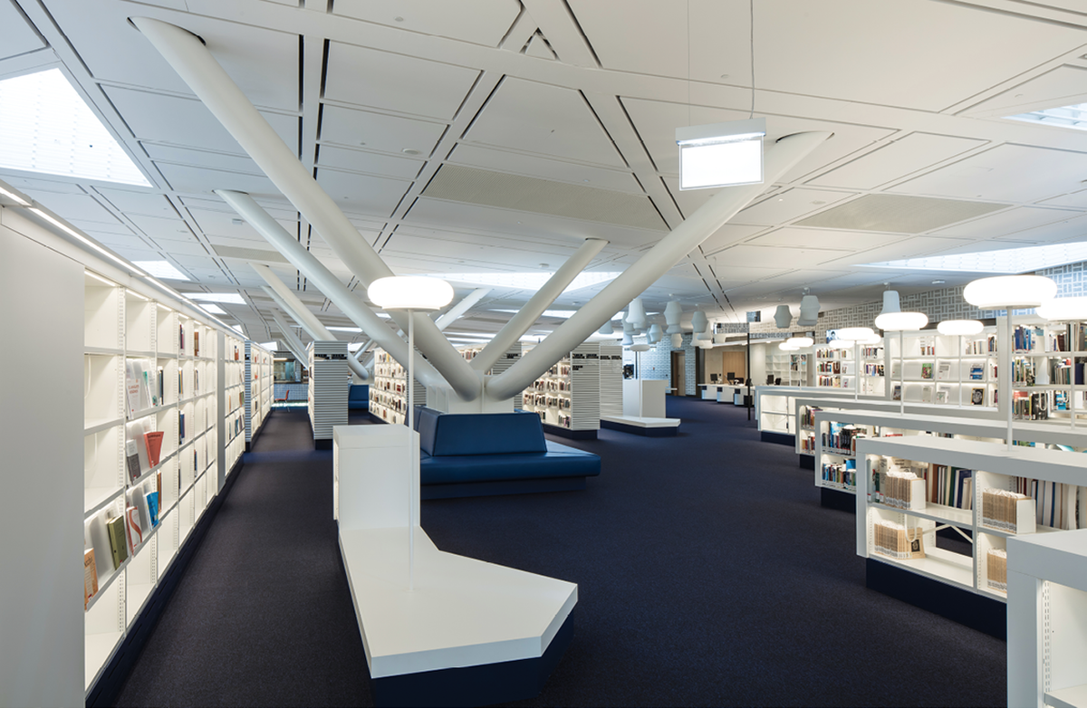 The ceiling design reduces the need for artificial lighting during the day, in line with Bolles and Wilson's emphasis on energy efficiency.