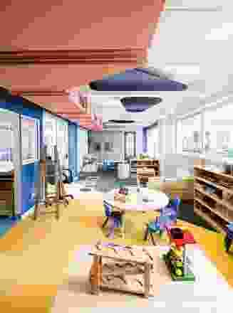 色彩被用来区分空间,并通过有趣但互补的色彩方案提升室内空间。
