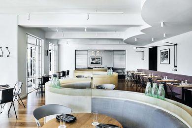 参考后期艺术装饰周期的几何形状,S形宴会有助于区域大型开放式用餐区,为顾客提供各种座位选项以及隐私。