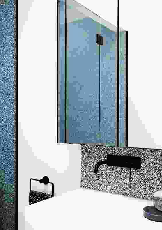 水磨石块呼应了住宅入口门厅的现有材料。