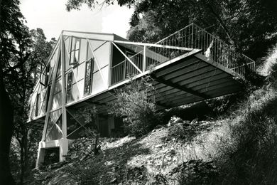 Peter McIntyre purchased the 9-acre block of land in 1947 for £200 when he was 19 years old. The terrain was difficult, with steep cliffs and prone to flooding from the Yarra River.