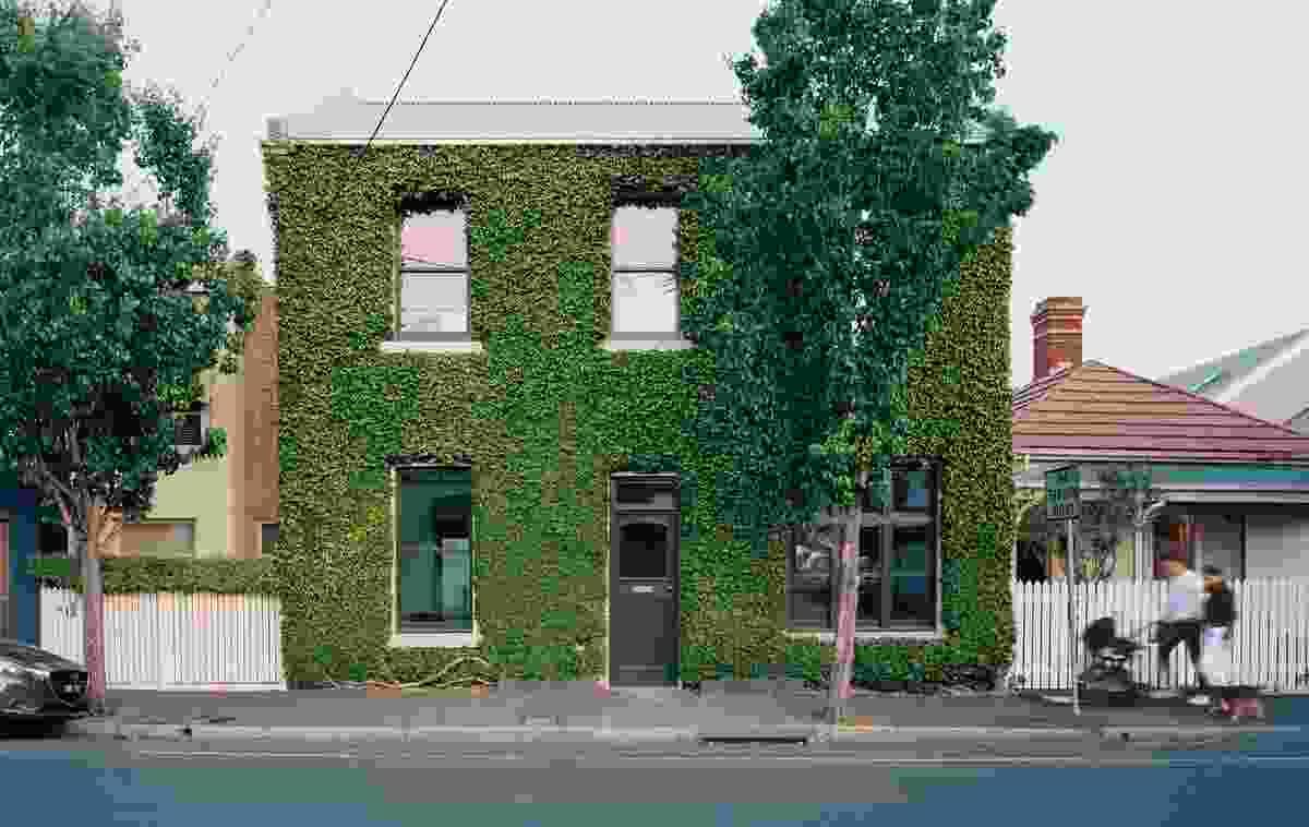 绿地覆盖里士满屋的遗产正面,拥有维多利亚时代和爱德华窗。