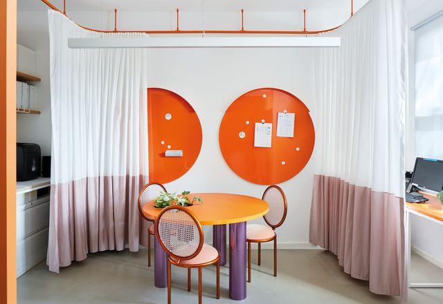 戏剧窗帘让房子从工作模式切换到家庭模式,为工作场所添加了一个感觉,也是家庭的戏剧感。