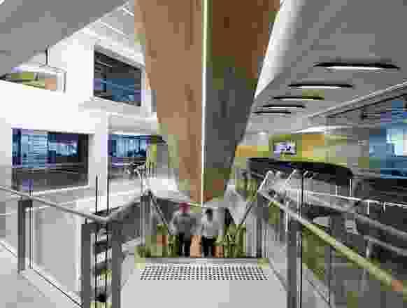 会聚线穿过楼板,引导每一层的布局。