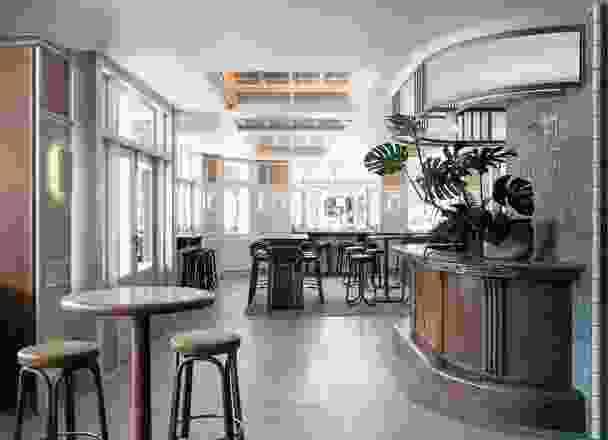 灯光通常是漫射的,或者反射到墙壁和天花板上,帮助场馆在晚上看起来熠熠生辉。