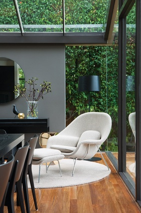 The greenery of the backyard is drawn into the new part of the house.