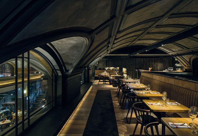 酿酒吧位于夹层水平上,比底楼更暗。
